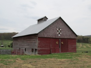 Red barn w/quilt
